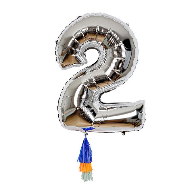 Ballon chiffre 2 et pompons