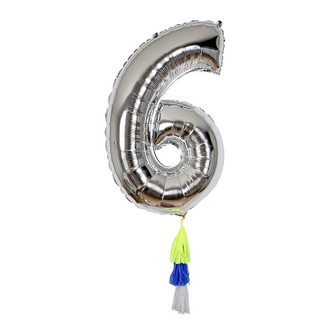 Ballon chiffre 6 et pompons